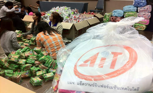 AIT's employees packed 500 disaster relief packages and delivered to Thammasat University Flood Relief Center